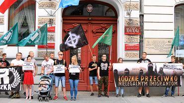 Członkowie i sympatycy ONR podczas antyimigranckiej pikiety na ul. Piotrkowskiej w Łodzi, 4 sierpnia 2016.