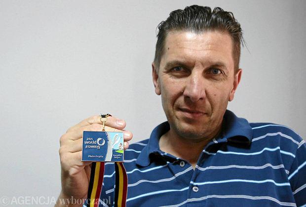 Marek Chądzyński z dumą prezentuje złoty medal mistrzostw świata z Belgii