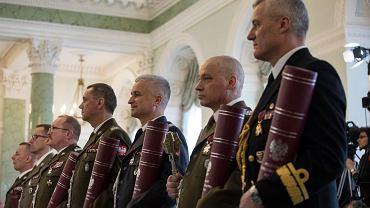 1 marca 2018. Uroczystość przyznania nominacji generalskich i oficerskich w Pałacu Prezydenckim. W środku - w granatowym lotniczym mundurze - gen. Jan Pszczoła