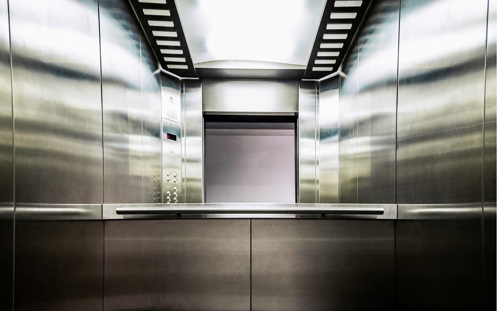 Dlaczego w windzie są lustra?