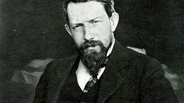 Piotr Struwe (1870-1944) na zdjęciu z przełomu XIX i XX w. W tym czasie wrogo nastawiona do caratu rosyjska inteligencja usprawiedliwiała akty terroru, uznając je za czyny szlachetne i niezbędne, by obalić tyrana. Struwe również uważał zamachy za konieczny element walki. Jednak stopniowo zmieniał zdanie na ten temat i ta ewolucja coraz bardziej oddalała go od środowisk rewolucyjnych.