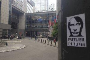 """Stoj� na granicy z Rosj� z naklejkami """"Putler kaput"""". Celnik: """"Bibu�y nie wieziecie?"""""""