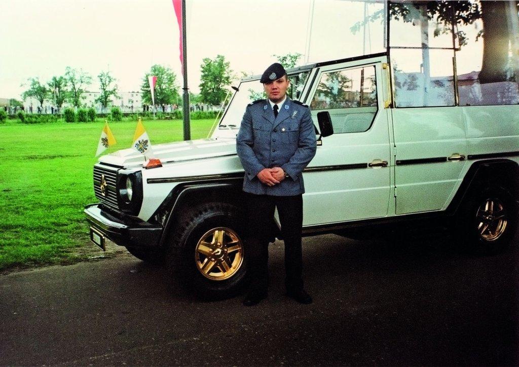 Przy papamobile - ochrona w czasie wizyty Papieża Jana Pawła II, Gniezno, 1997 rok (fot. archiwum prywatne)