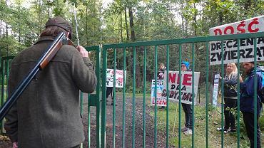 'Wrocławianie przeciw myśliwym' protestowali przeciwko zawodom polegającym m.in. na szczuciu dzików psami.