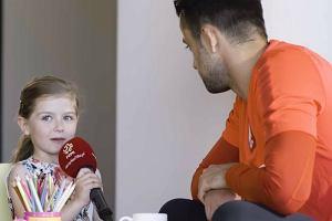 6-letnia Laura pyta piłkarzy Czy trener wam daje kary, jak jesteście niegrzeczni? Hit internetu