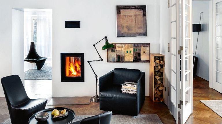 Parter jest jak system naczyń połączonych; otwarta przestrzeń pozwala bez przeszkód krążyć domownikom i światłu. Składane drzwi (po prawej) dzieliły salon na dwie części; projektanci przenieśli je na granicę holu i strefy dziennej.