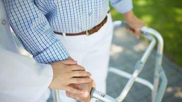 Wspomagać, ale nie wyręczać: to jedna z ważniejszych zasad rehabilitacji domowej