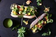 Kanapka z krewetkami, mango i dressingiem z tajskiej bazylii