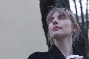 """Katarzyna Zawadzka interpretuje wiersz """"Jesień"""" Cezarego Geronia. """"Wiersz jest cudem"""""""