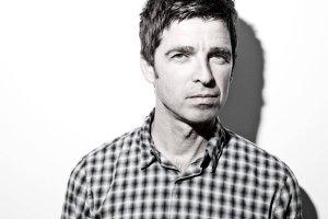 Paul Weller wyjawił, że razem z Noelem Gallagherem, byłym liderem Oasis, stworzył już połowę potencjalnej piosenki do filmu o przygodach Jamesa Bonda.