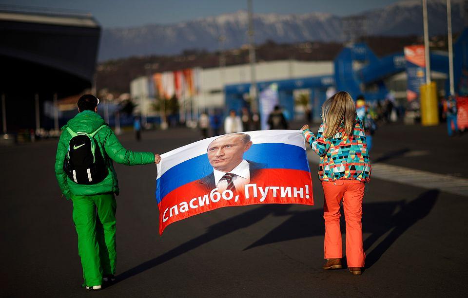 'Dziękujemy, Putinie!'. Rosyjscy kibice z flagą podczas igrzysk w Soczi