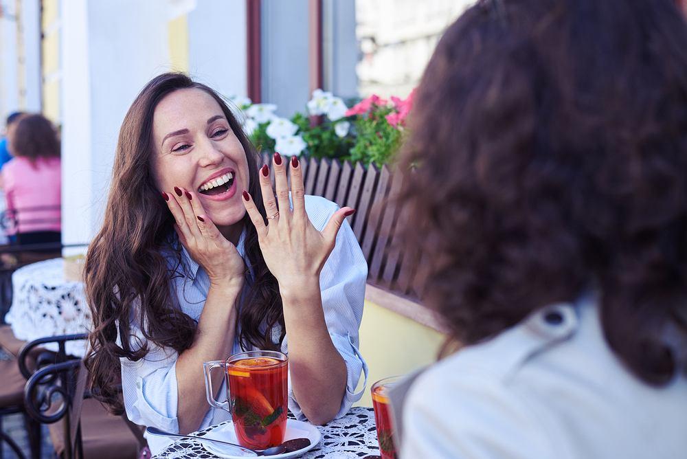Jak rozmawiać z zakochaną przyjaciółką?