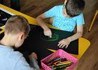 Dziecko z otwartym z�amaniem r�ki. A co robi przedszkolanka?