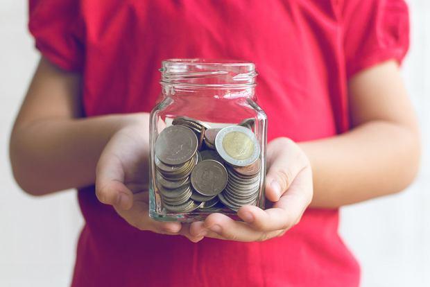 Dobrze, jeśli dziecko przechowuje swoje oszczędności w słoiku, a nie w śwince skarbonce. Dzięki temu widzi, jak zmienia się jego zawartość