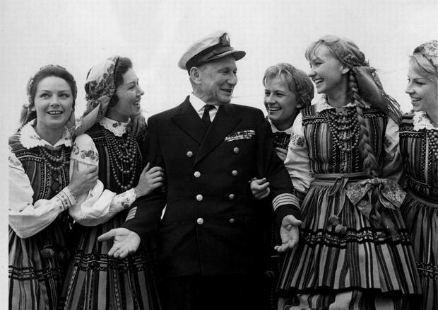 Z aktorką Elżbietą Czyżewską i artystkami zespołu Mazowsze na pokładzie 'Batorego', 1963 r.