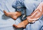 Bezsenność. Niespokojne nogi nie dają spać? Winne ciało czy umysł? Jak sobie pomóc