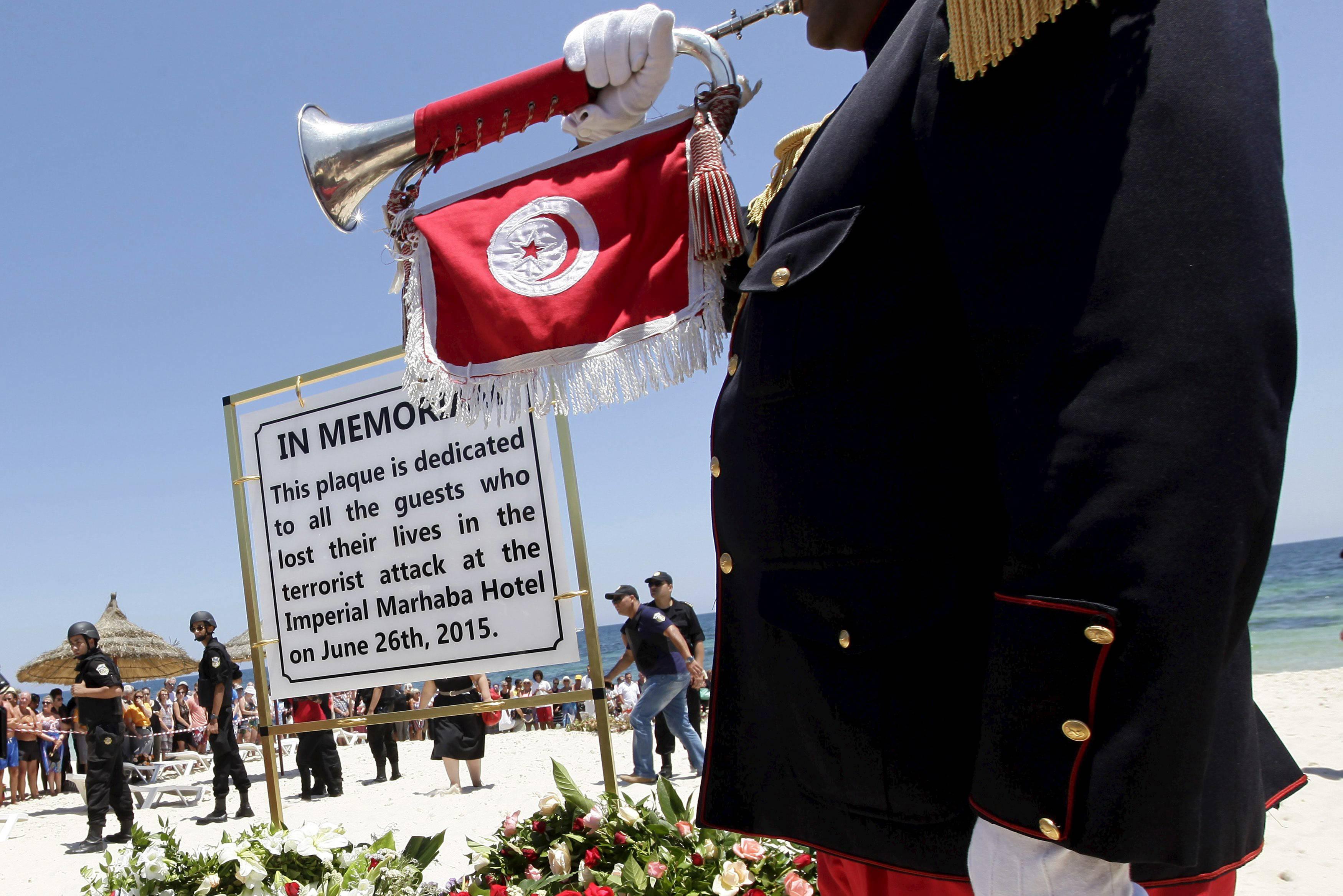 Na plaży w Sousse, w miejscu zamachu z 26 czerwca, znajduje się pamiątkowa tablica (fot. Anis Mili / Ruters)