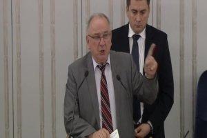 Kozdroń podczas debaty o zmianie płci w Senacie przypomina odznaczenie transseksualistki Ewy Hołuszko
