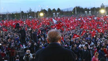 Prezydent Turcji Recep Tayyip Erdogan na wiecu tuż po referendum ws. zmian konstytucyjnych w kraju