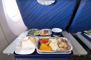Nie mieszaj... surowych warzyw z długim lotem samolotem