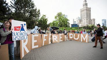 Pikieta 'Żądamy Referendum!' - ws. rządowej 'deformy' edukacji. Warszawa, 'Patelnia' 25 maja 2017