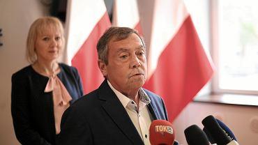 Bartłomiej Sochański, w tle rzeczniczka prasowa Monika Woźniak - Lewandowska