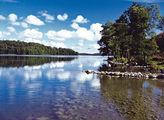 Polska atrakcje. Jezioro Ha�cza. Najg��bsze jezioro w Polsce - liczy 106 m. Jezioro Ha�cza le�y na Suwalszczy�nie. Ze wzgl�du na du�� przejrzysto�� w�d �wietnie nadaje si� do nurkowania. Przep�ywa przez nie rzeka Czarna Ha�cza.