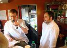 Stanis�aw Mancewicz i Wojciech Nowicki prowadz� dla pasa�er�w odczyt na temat kuchni w podr�y