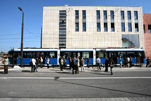 http://bi.gazeta.pl/im/6/10718/z10718656M,Dwukierunkowe-tramwaje-jezdza-w-Krakowie--widac-drzwi.jpg