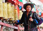 Lhasa, Chiny wycieczka. Lhasa to per�a w�r�d miejscowo�ci po�o�onych w Himalajach. Le�y na wysoko�ci 3800 m n.p.m., co zapewnia miastu przejrzyste powietrze i prawie r�wn� wysoko�ci roczn� liczb� godzin nas�onecznienia. G��wn� atrakcj� tego miejsca stanowi imponuj�cy XVII-wieczny Pa�ac Potala, dawna rezydencja Dalajlamy. Miasto si� rozwija i powstaj� w nim nowe hotele. Cho� wzbudza to wiele kontrowersji, tury�ci mog� liczy� na wi�ksze wygody.