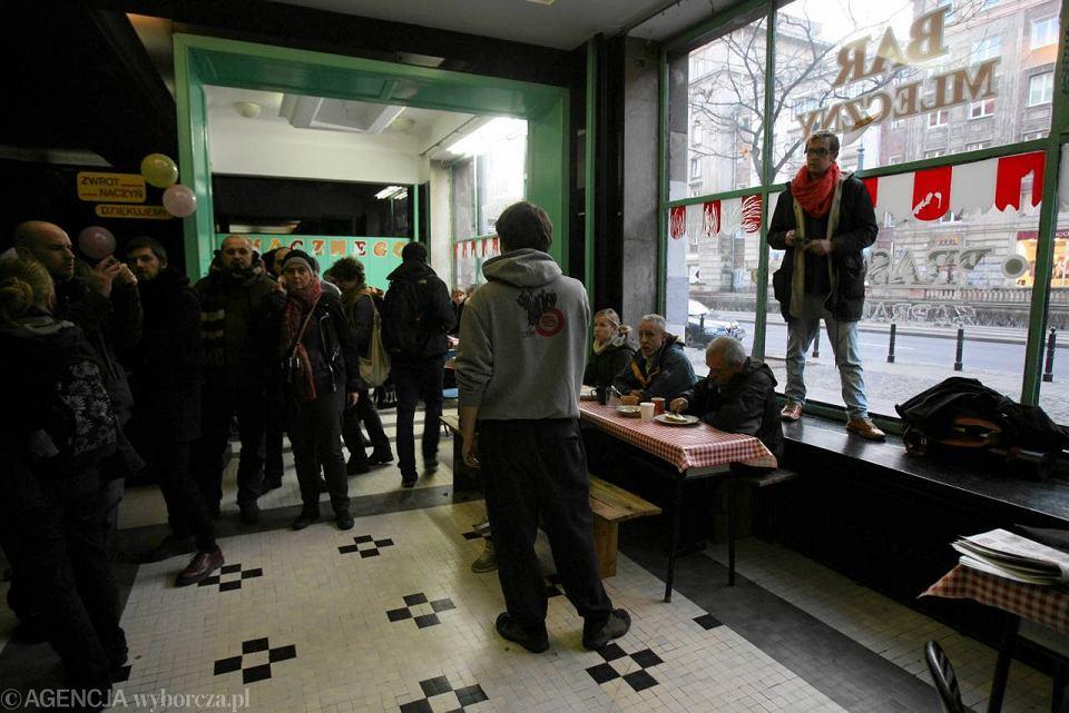 Kilkadziesiąt osób weszło do Baru Prasowego na Marszałkowskiej