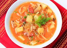 Sycąca zupa pomidorowa z kiszoną kapustą i kluskami - ugotuj