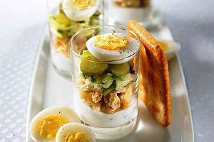 Cukinia, krakersy i jajka przepiórcze