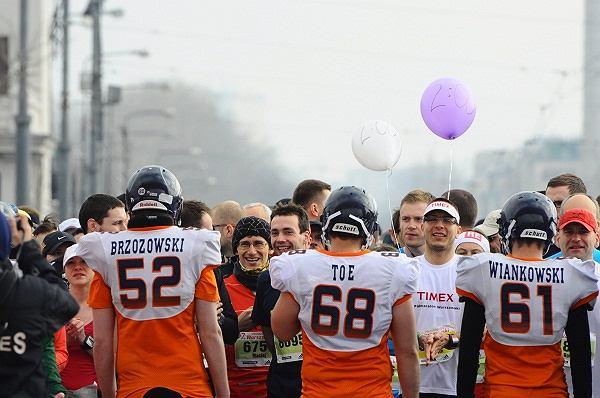 7. Półmaraton Warszawski - uczestnicy w strojach do futbolu amerykańskiego