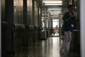 Dziura w suficie sali operacyjnej szpitala na Zaspie