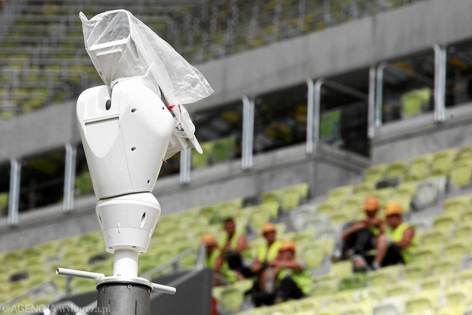 Kamera wychwytuje, że gdzieś na stadionie zaczęła się bójka albo ktoś szybko ucieka, np. ze skradzioną torebką, i powiadamia operatora w centrum monitoringu. Takie są możliwości systemu KASKADA stworzonego na Politechnice Gdańskiej. Możliwe, że pilotażowo program zadziała na stadionie PGE Arena w Gdańsku w czasie Euro 2012