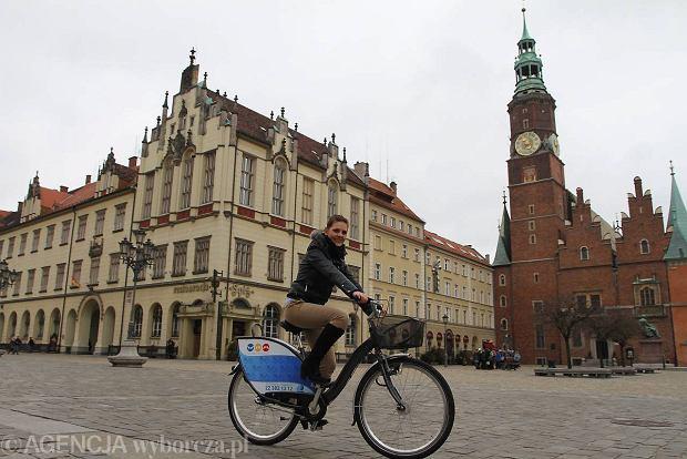 Wroc�aw daje przyk�ad: t�umy je�d�� miejskimi rowerami