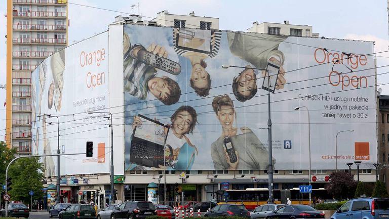 Nową elewację zasłoniła gigantyczna płachta reklamowa