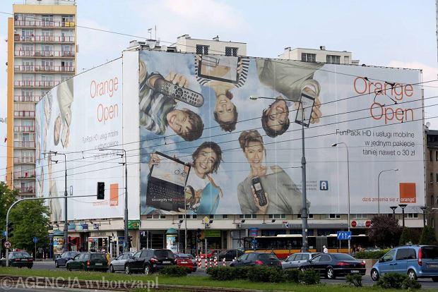 Now� elewacj� zas�oni�a gigantyczna p�achta reklamowa