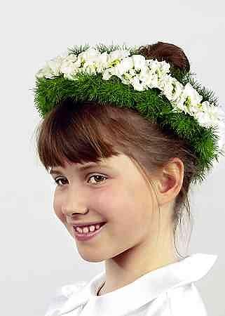 Do obr�czy z drutu dowi�zujemy p�czki asparagusa modrzewiowego. Mi�dzy nimi umieszczamy pojedyncze kwiaty lewkonii usztywnione drucikiem, przeprowadzonym przez nasad� kwiatu.