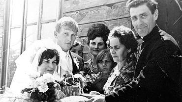 Ks. Roman Kotlarz w parafii w Pelagowie z nowożeńcami