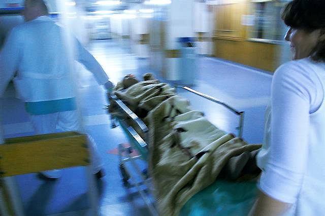 Chory przywieziony karetką do szpitala