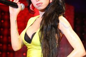 Mama Amy Winehouse w wywiadzie dla Sunday Mirror wyzna�a, �e osobi�cie dopilnowa�a, �eby jej c�rka wygl�da�a jak supergwiazda, w kt�rej zakocha� si� ca�y �wiat.Amy pochowano zatem w ulubionej peruce i ��tej kiecce, kt�r� uwielbia�a.