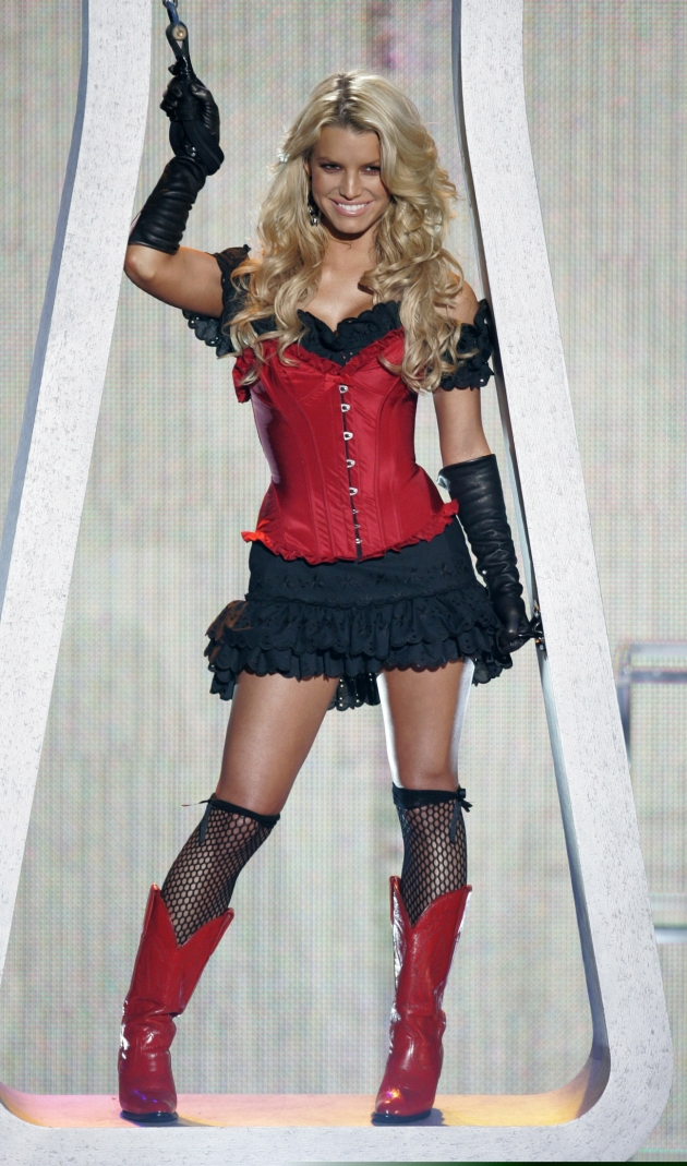 """Jessica Simpson opens the 32nd annual People's Choice Awards while singing """"These Boots Are Made For Walkin"""" in Los Angeles, California January 10, 2006.  REUTERS/Robert Galbraith"""