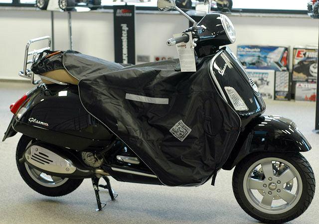 Motokoc, który przykrywa siedlisko skutera przed np. niespodziewanym deszczem, gdy zaparkujemy skurer