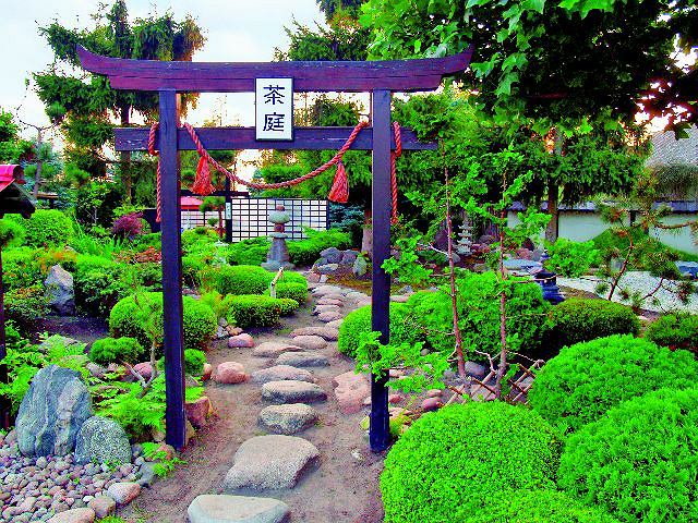 Ogród japoński. To brama wejściowa do uchi roji. Dalej, po kamiennej ścieżce, można dotrzeć do wszystkich miejsc w ogrodzie wartych obejrzenia