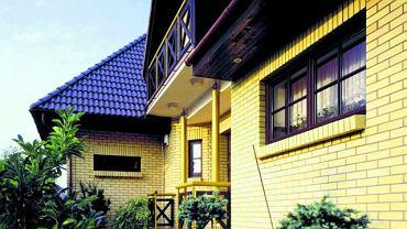 Nadproża nad otworami okiennymi i drzwiowymi wymurowane z cegieł ustawionych w pionie