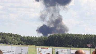 Kłęby czarnego dymu po katastrofie Su-27 podczas pokazów lotniczych Air Show 2009 w Radomiu
