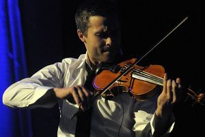 Maciej wystąpił wczoraj w podwójnej roli - prowadzącego i wokalisty. Zaśpiewał dwa utwory - I've got you under my skin i All of me. Oto zdjęcia z wczorajszego koncertu.
