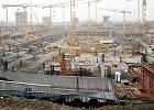PIP o wypadku na budowie stadionu - kosz by� �le zawieszony